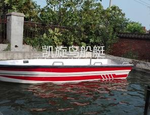 手划动保洁作业船